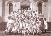 Alunos na Década de 50 na porta da igreja de Bonfim Paulista
